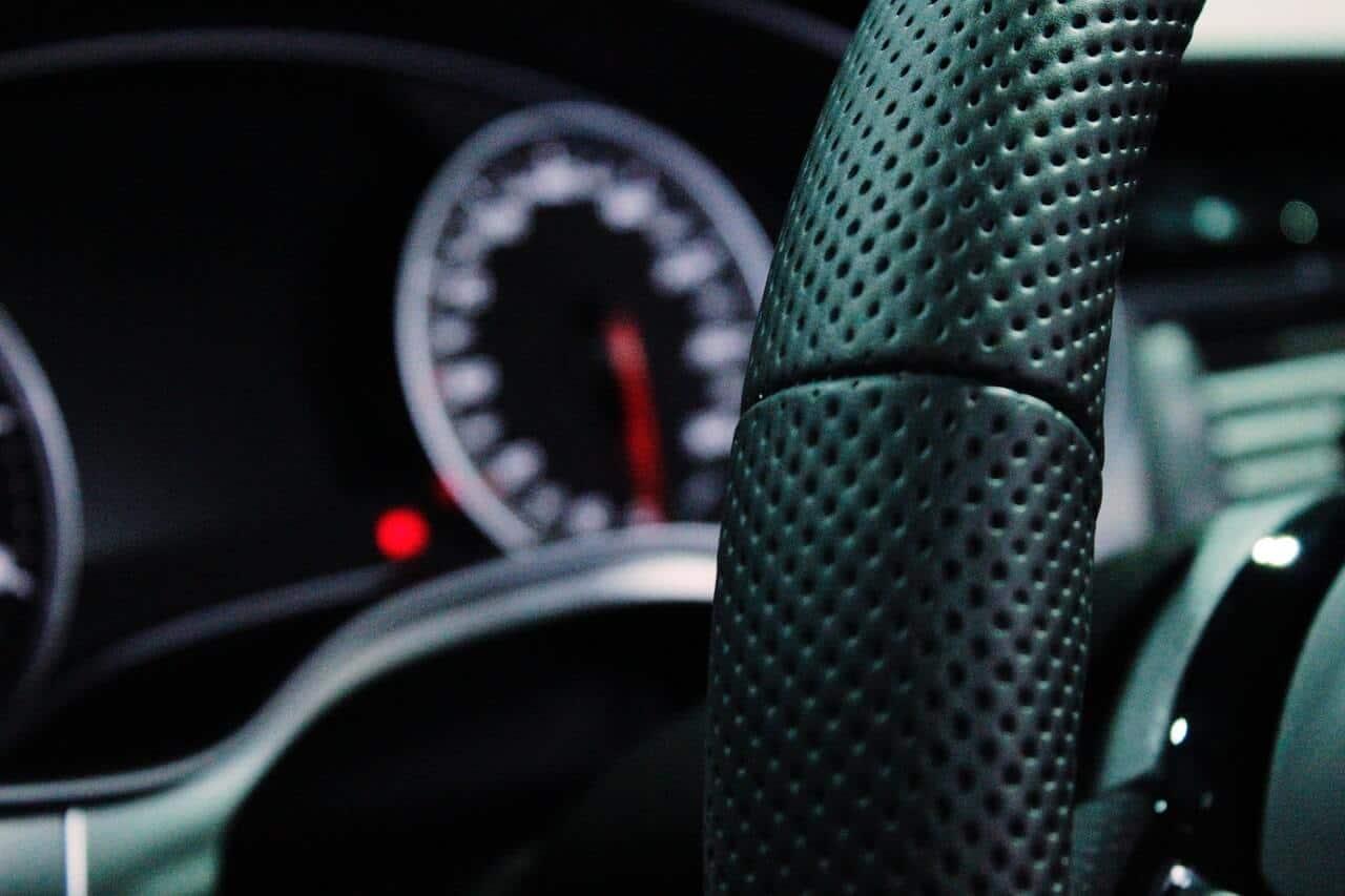 stuur van een sportieve auto